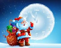 Santa Claus steht im Schnee mit einer Tasche von Geschenken auf Hintergrundhimmel Lizenzfreies Stockfoto