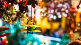 Santa Claus steuert ein Flugzeug für Weihnachten Stockbild