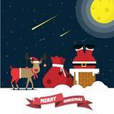 Santa Claus subió abajo la chimenea con los bolsos del regalo y el reno en el tejado en la noche stock de ilustración