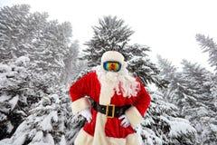 Santa Claus sui precedenti di grandi alberi di Natale in FO Immagini Stock Libere da Diritti