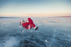 Santa Claus sul ghiaccio del lago di inverno Fotografia Stock Libera da Diritti