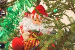 Santa Claus sull'albero di Cristmass fotografia stock libera da diritti