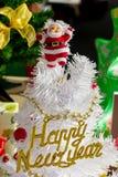Santa Claus sur l'arbre de Noël blanc Photos stock