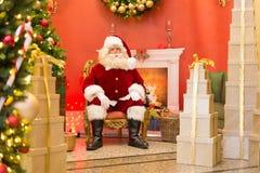 Santa Claus sur le trône photographie stock libre de droits