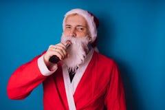 Santa Claus sur un fond bleu Bonne année et Joyeux Noël ! photo stock