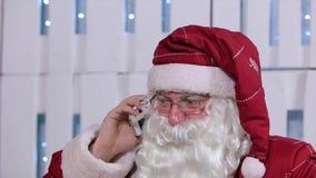 Santa Claus Talking His Smatrphone en sitio con metrajes