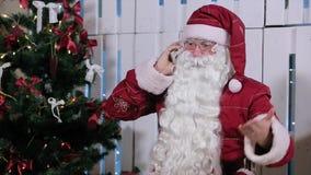 Santa Claus Talking His Smatrphone nella sala con stock footage