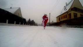 Santa Claus-Tanzenbreakdance im Schnee auf der Straße stock video