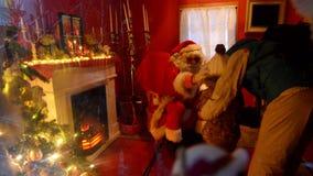 Santa Claus tar barn på ett besök till hans hus på staden Hall Square i Tallinn stock video