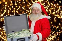 Santa Claus tenant le cas avec l'argent Images libres de droits