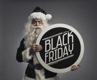 Santa Claus tenant un signe de publicité de Black Friday images libres de droits