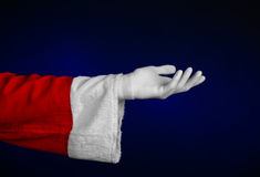 Santa Claus-thema: De hand die van de kerstman gebaar op een donkerblauwe achtergrond tonen Royalty-vrije Stock Afbeeldingen