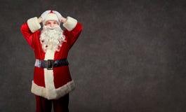 Santa Claus tient sa tête dans des ses mains images libres de droits