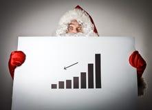 Santa Claus tient un diagramme dans des ses mains Photographie stock