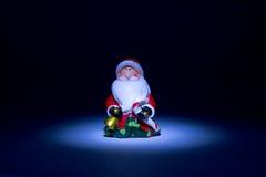 Santa Claus tände facklan uppifrån som en saga på ett mörker - blå bakgrund Royaltyfri Bild