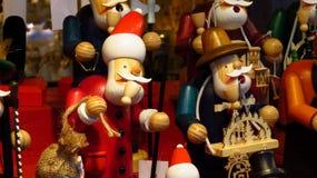 Santa Claus Toy de madera clásica en el mercado de la Navidad Imagen de archivo libre de regalías