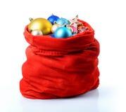 Santa Claus toys den röda påsen med jul på vit bakgrund Mappen innehåller en bana till isolering Arkivbild