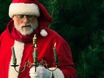 Santa Claus tradicional en el bosque oscuro del pino con la palmatoria Fotografía de archivo libre de regalías