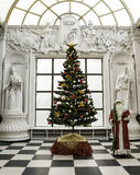 Santa Claus tradizionale che sta l'albero di Natale vicino si è agghindata per un buon anno e un Natale Fotografie Stock Libere da Diritti