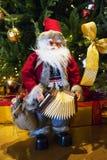 Santa Claus trae el saco con los regalos para la Navidad Imágenes de archivo libres de regalías
