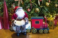 Santa Claus trae el saco con los regalos para la Navidad Imagen de archivo