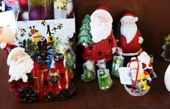 Santa Claus trae el saco con los regalos para la Navidad Imagen de archivo libre de regalías