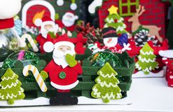 Santa Claus trae el saco con los regalos para la Navidad Foto de archivo libre de regalías