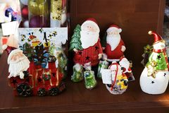 Santa Claus trae el saco con los regalos para la Navidad Foto de archivo