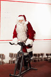 Santa Claus-Training auf Hometrainer an der Turnhalle Stockbild
