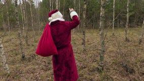 Santa Claus ubriaca con la bottiglia vuota stock footage
