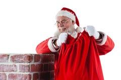 Santa Claus umieszcza prezenta pudełko w komin Obrazy Stock