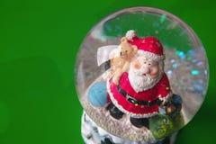 Santa Claus in una sfera di cristallo Fotografia Stock Libera da Diritti