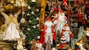 Santa Claus und Dekorationen am berühmten christkindlmarkt von Salzburg in Österreich lizenzfreie stockfotos