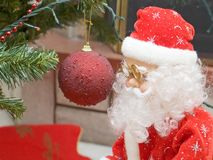Santa Claus und dekorativer Ball lizenzfreies stockfoto