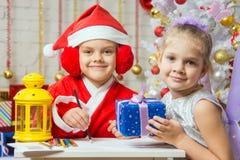Santa Claus- und Feenhelfer bereitete Grußkarten und -geschenke vor Stockfotografie