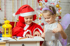 Santa Claus- und Feenhelfer verpackt in den Umschlägen, die Buchstaben grüßen Lizenzfreie Stockfotos