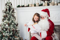 Santa Claus und Kind zu Hause Isolat auf Weiß Familienurlaubkonzept Lizenzfreies Stockbild