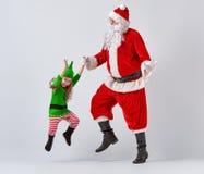 Santa Claus und kleine Elfe Stockfotografie