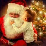 Santa Claus und Little Boy Lizenzfreie Stockbilder