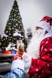 Santa Claus und Schnee-Mädchen feiert neues Jahr nahe Weihnachtsbaum stockbild