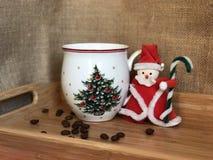 Santa Claus und Tasse Kaffee Lizenzfreie Stockfotos