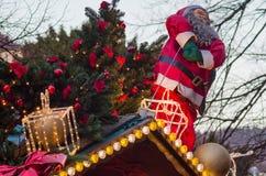 Santa Claus und verzierter Tannenbaum auf dem Dach des Weihnachtsmarktstands Stockbild