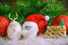 Santa Claus- und Weihnachtsrotwild auf Weihnachten Ungewöhnliche Eier mit t Stockbilder