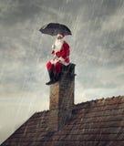 Santa Claus under regnet Arkivbilder
