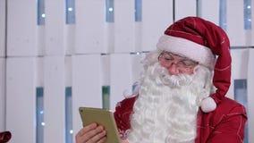 Santa Claus Use Digital Tablet nella sala con archivi video