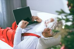Santa Claus Using Laptop Photographie stock libre de droits