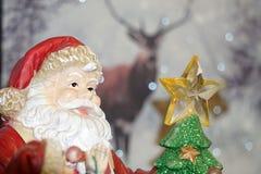 Santa Claus vänder mot tätt upp detaljen Arkivfoto