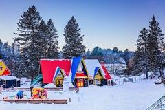 Santa Claus `-by, Val-David, Quebec, Kanada - Januari 1, 2017: Hus i den Santa Claus byn Royaltyfria Bilder