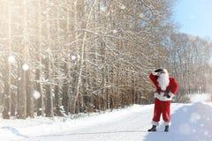Santa Claus vem com os presentes do exterior Santa em uma SU vermelha Imagens de Stock Royalty Free