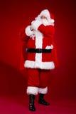 Santa Claus viene con una grande borsa dei regali Ritratto integrale Fotografia Stock Libera da Diritti